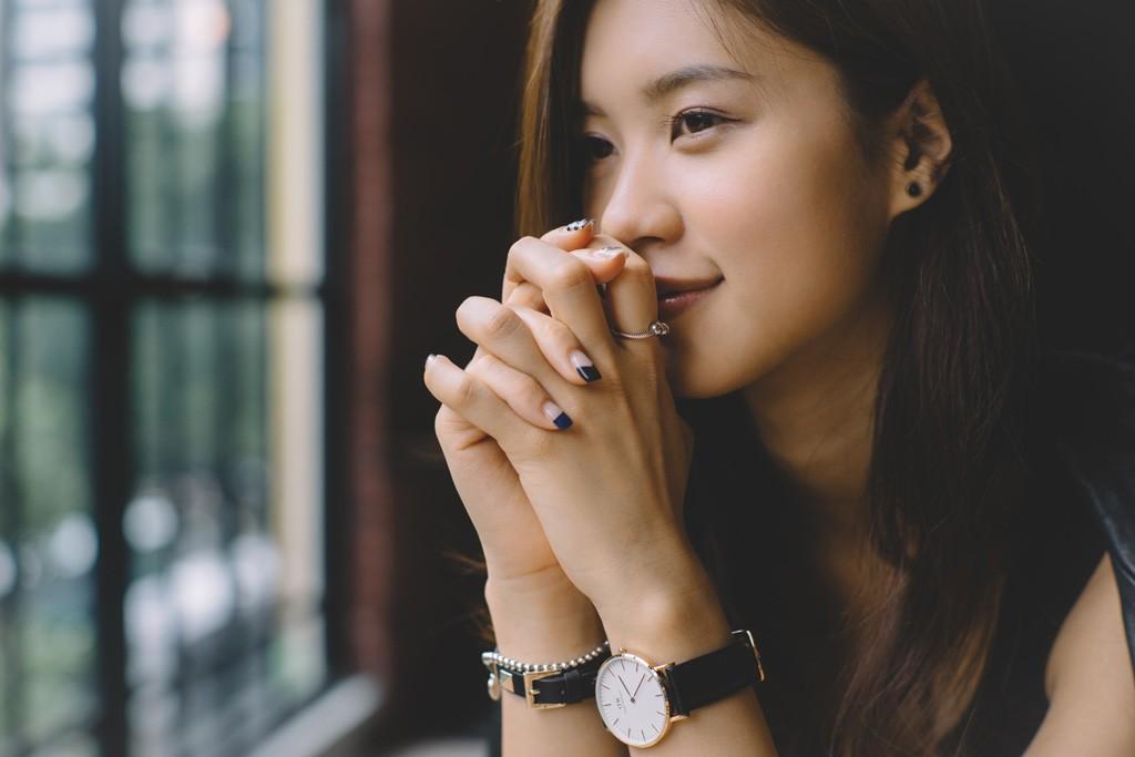 指を組む女性